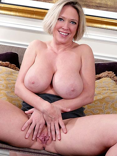 Dee Williams plays with her wet box finger fucking till she cums